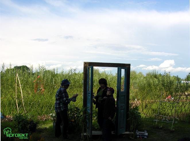 prace przy drzwiach w ogrodzie IPROJEKT