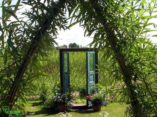 wiklinowa brama do ogrodu, w tle drzwi IPROJEKT