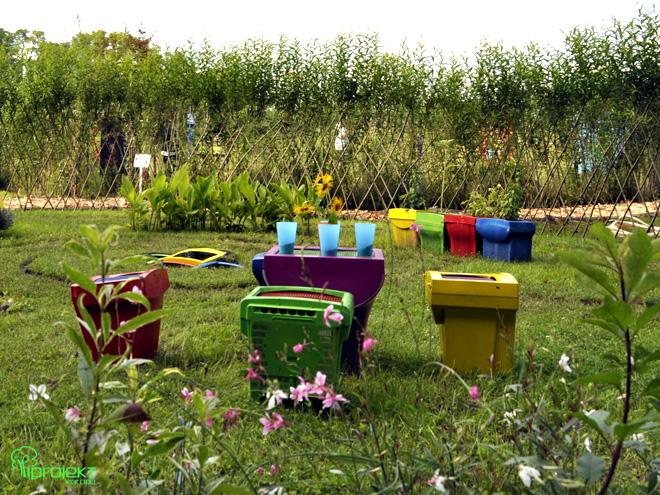 stolik i krzesła z kolorowych monitorów2