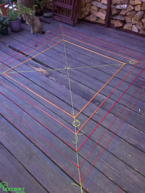pajęczyna z kolorowych sznurków czerwonożółtych